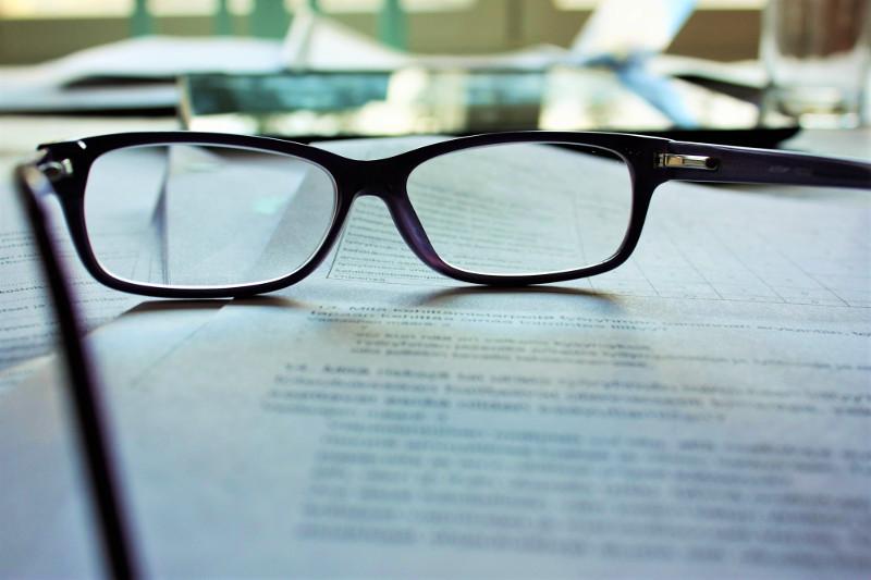 zdjęcie przedstawiające okulary leżące na kartkach papieru